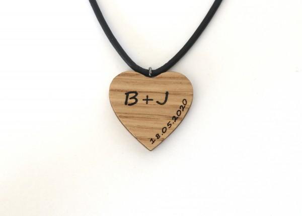 Kette aus Holz mit Initialien, herzform