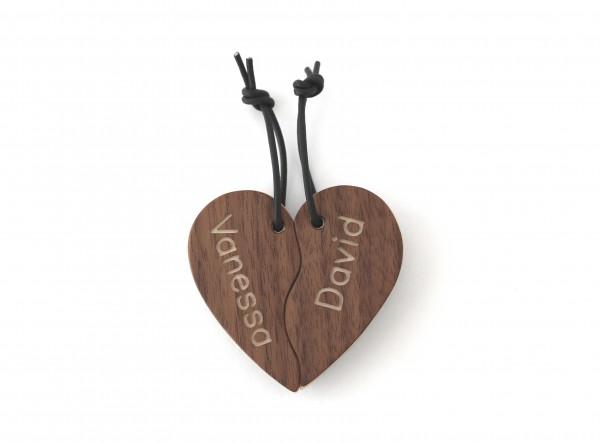Herzanhänger aus Holz mit Namen personalisiert, Nussbaum