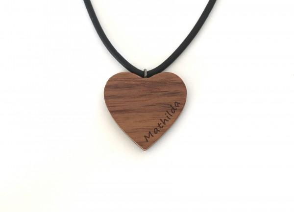 Herzanhänger aus Holz mit Gravur