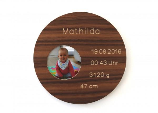 Geburtsteller mit Bild, modernes Taufgechenk aus Holz , Nussbaum