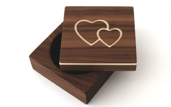 """Ring Box """"Herzen"""" aus Holz, Nussbaum"""