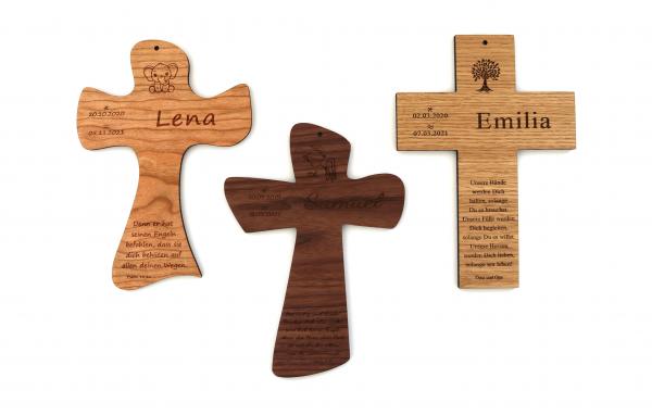 Taufkreuz aus Holz mit Namen und Taufspruch, Eiche, Nussbaum & Kirschbaum
