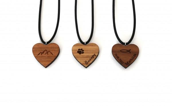 Herzanhänger aus Holz mit Gravur personalisiert