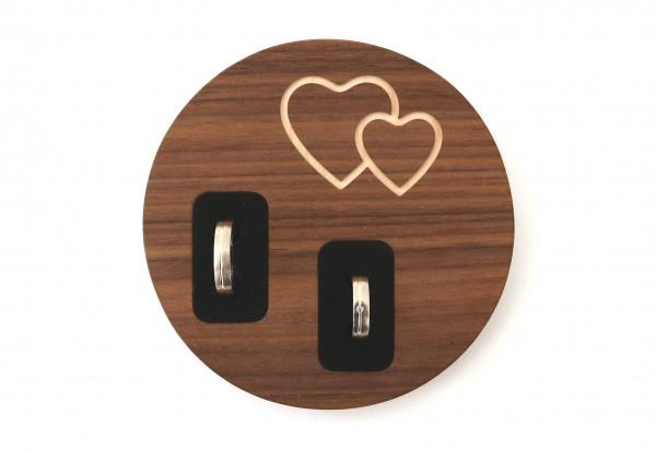 Ringkissen mal anders, mit Herzgravur aus Holz, Nussbaum